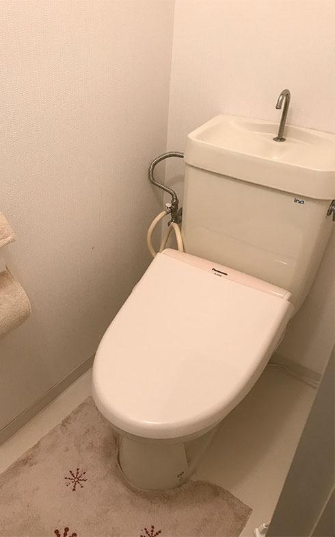 【画像1】水が止まらなくなったわが家のトイレ。便器本体とタンクはマンションが竣工した35年前のもの。温水洗浄便座は7年前に取り付けたものなので本体と便座のメーカーが違う(写真撮影/田方みき)