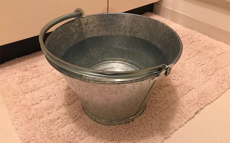 【画像5】便器の交換が完了するまでの約1カ月間、バケツに水をくんで流す「手動水洗トイレ」の生活が続いた。忙しいときにはこれが面倒で、トイレに行くのを我慢したことも。体によくない(写真撮影/田方みき)