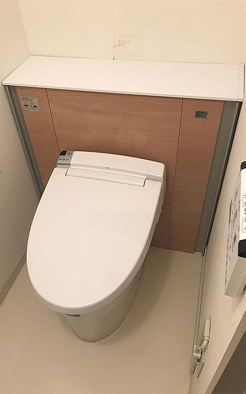 【画像6】新しくなったわが家のトイレ。キャビネットの高さが、以前のトイレタンクよりも低かったため、壁の汚れが一部露出してしまった(写真撮影/田方みき)