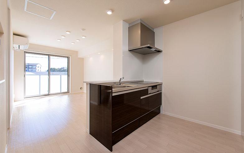 【画像2】「グリーンガーデン稲荷山」の一室。照明はLEDのダウンライト、エアコンや給湯器は省エネタイプを採用。また断熱窓や高断熱の壁や床が使用されている(写真提供/積水ハウス)