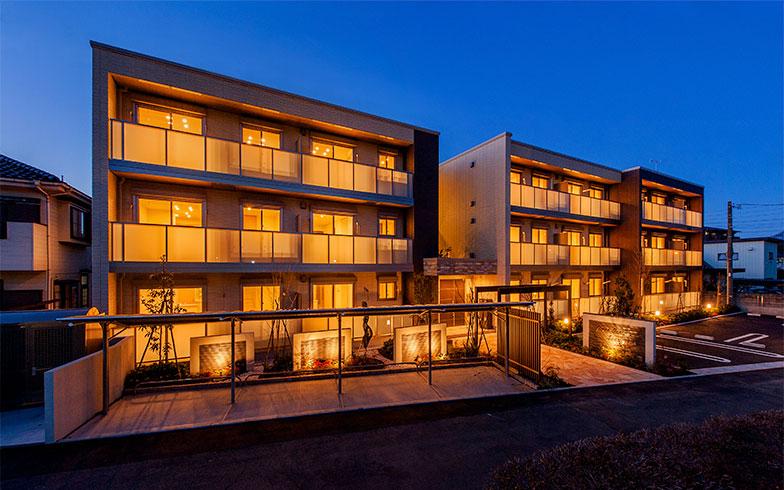 【画像3】「グリーンガーデン稲荷山」の夜景。室内だけでなく外構など共用部の照明もLED照明だ。「地域に溶け込むよう、温かみのある明かりを選びました」とオーナーの横田さん(写真提供/積水ハウス)