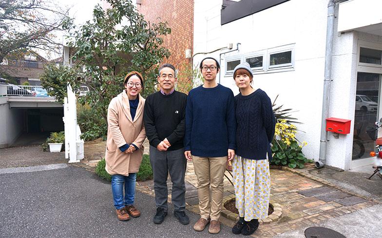 【画像2】左からお姉さんの千鶴さん、お父さんの博信さん、弟の芳博さん、お嫁さんの真樹子さん。一家で大家業を営んでいます(写真撮影/蜂谷智子)