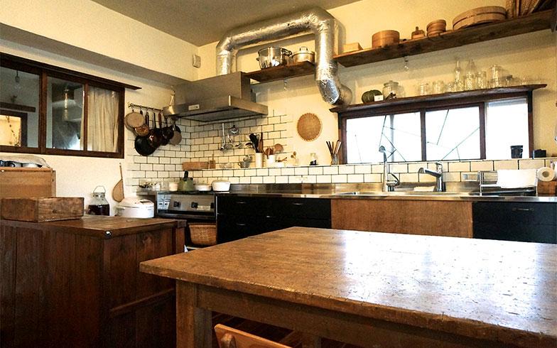 【画像3】芳博さんが最初にリノベーションした自室。カフェのような内装がすてき。デザインのアドバイスは妻の真樹子さん(写真撮影/蜂谷智子)