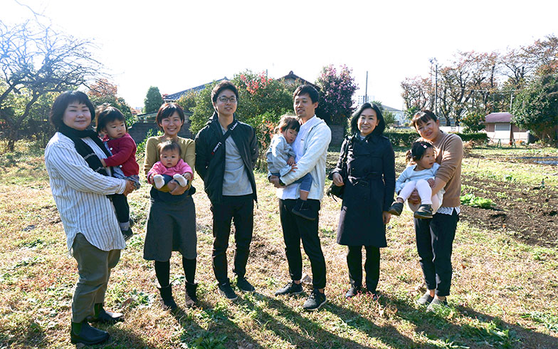 【画像9】渋谷さんの実家所有の畑にて、渋谷さん一家と、相模女子大学准教授の依田真美さん(右から2人目)、農と食のガイドである篠原杏子さん(左から1人目)(写真撮影/蜂谷智子)