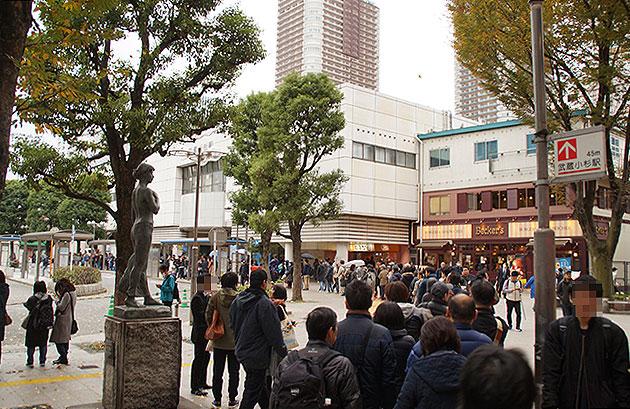 【画像4】バスに並ぶサポーターの列(写真撮影/小野洋平)
