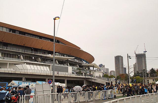 【画像6】スタジアムの背後に武蔵小杉駅前のタワーマンションが立つ(写真撮影/小野洋平)