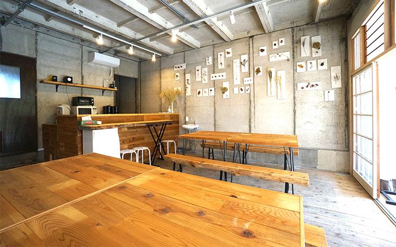 【画像2】団地内の商店街にあるコミュナルダイニング。公社が企画するイベントにも使われるが、一般の人もキッチン付レンタルスペースとして使える(要予約、1時間300円~)。月に一度開催される「お食事会議」では、暮らし体験ライター以外にも、団地の人々や地域の若い移住者が集う。内装の設計・施工は主にチョウハシさん(写真撮影/蜂谷智子)