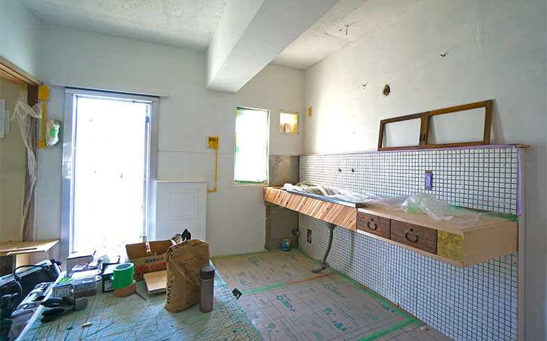 【画像6】セルフリノベーション最中の岸田さんの部屋。水まわりには古い建具をあしらっている。ディテールにこだわったつくりで、完成が楽しみになる(画像提供/岸田壮史さん)