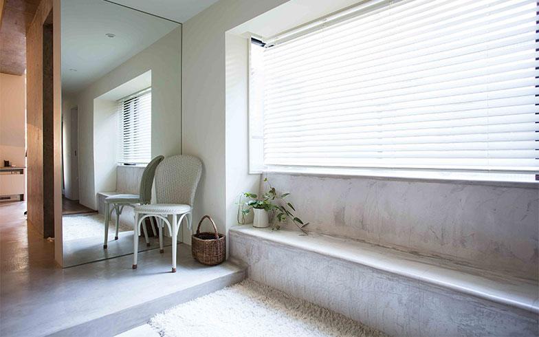【画像1】玄関の床壁、廊下をモルタル仕上げで一体化したシンプルで都会的なデザイン。窓の日差しがあるので、冷たく感じない(写真撮影/片山貴博)