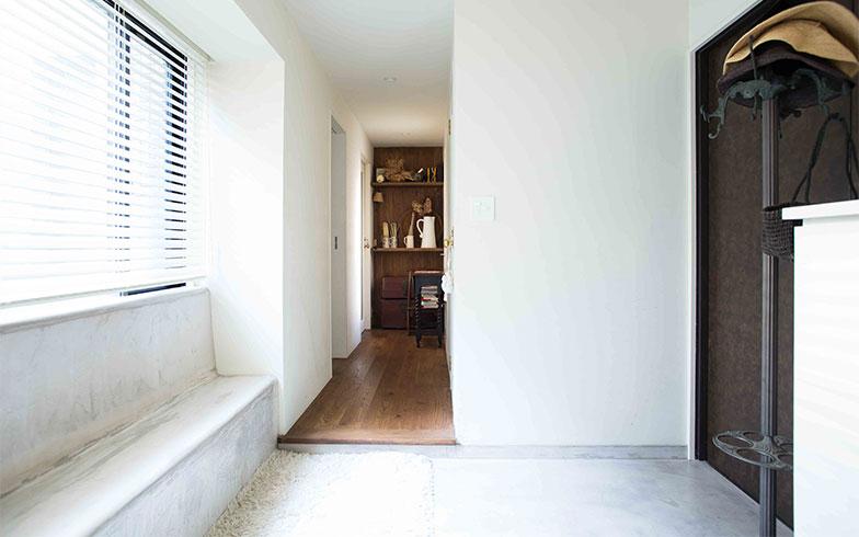 【画像2】玄関で左右に居室が分かれる間取り、入って右手(写真奥)が寝室などプライベートゾーン。木製フローリングで、扉が無くても視覚的に境界だと分かる。3LDKから1LDK+Nへのリノベーション(写真撮影/片山貴博)