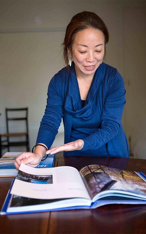【画像4】15年前に長野県野尻湖の母上の別荘を設計、斬新な形状で海外の本にも紹介。その写真を見せてくれた、このみさん(写真撮影/片山貴博)