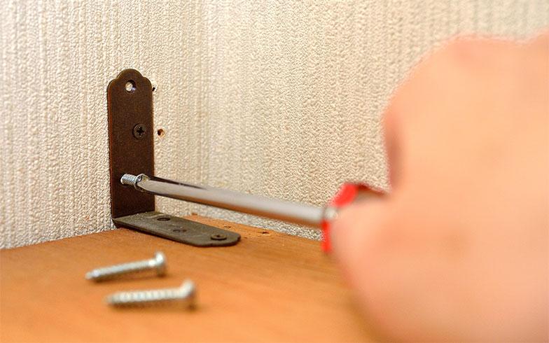 【画像1】避難する動線を確保するためには、家具が倒れないような工夫が必要(写真/PIXTA)