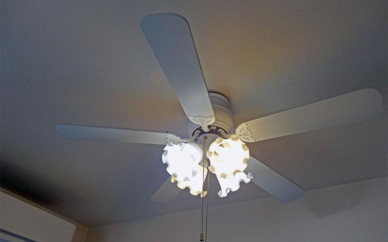 【画像1】 LEDに取り替えられているリビングの照明。口金が小さめなサイズを4つ使用している(写真撮影/SUUMOジャーナル編集部)