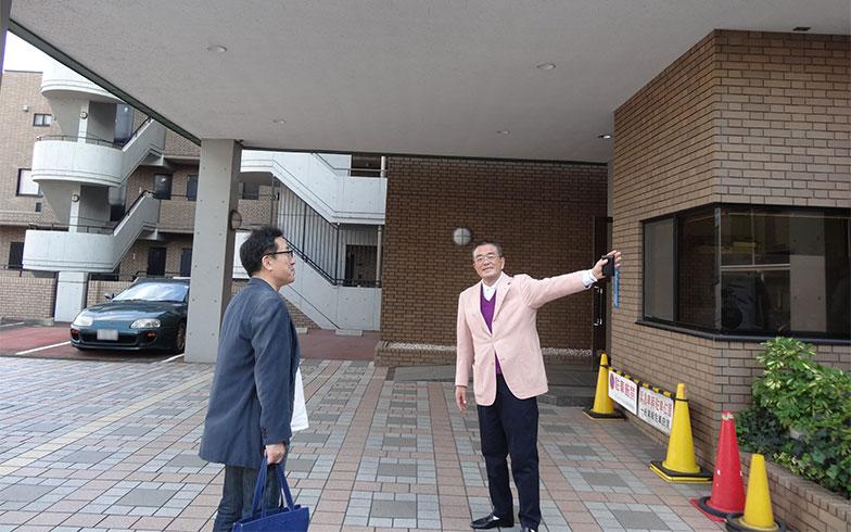 【画像3】松澤課長(左)にマンションを案内している岸さん(右)(写真撮影/SUUMOジャーナル編集部)