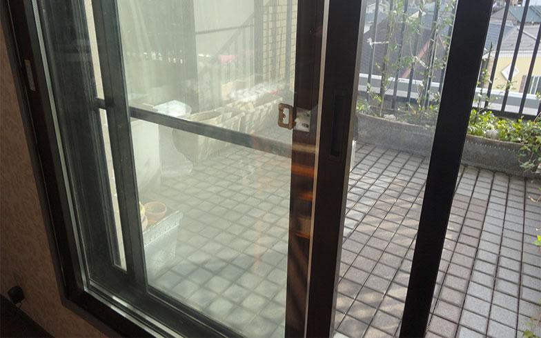 【画像4】バルコニーとリビングをつなぐ出入口には内窓が取り付けられ、二重窓になっている(写真撮影/SUUMOジャーナル編集部)