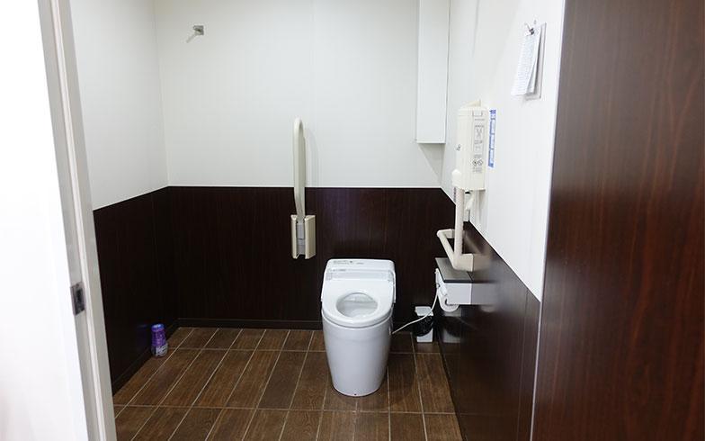 【画像6】車椅子でも入れるように段差がなく、手すりもついた広々トイレ(写真撮影/金井直子)
