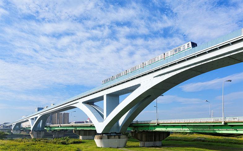 【画像1】荒川に架かる扇大橋を通過中の日暮里・舎人ライナー(写真/PIXTA)