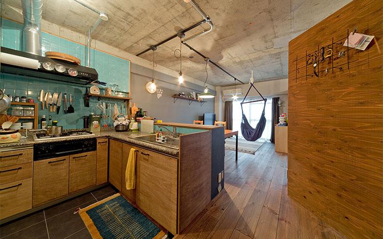 【画像4】上/子ども部屋の壁は天井下に隙間を設けて抜け感をつくり、圧迫感を排除。下/ヴィンテージ風塗装のパイン床と針葉樹の壁に、コンクリート表しにした天井で、無骨で個性ある空間に仕上がっています(画像提供/株式会社シンプルハウス)