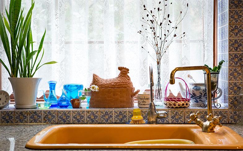 【画像16】水栓はオリュス社(フランス)のクラッシックデザイン。珍しいカラーシンクと共にフレンチ・カントリーなテイスト(写真撮影/片山貴博)