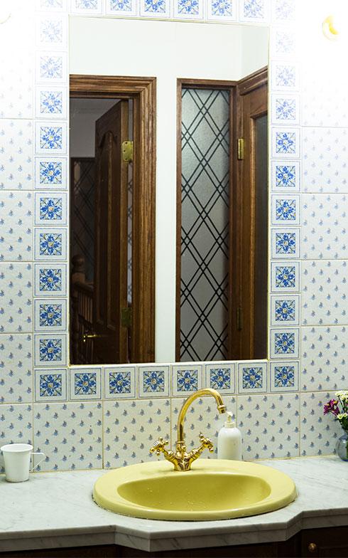 【画像17】洗面サニタリーでは、キッチンと同じタイルを大判のタイルと組み合わせたデザインに(写真撮影/片山貴博)