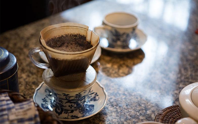 【画像18】キッチンでコーヒーを入れながら、こだわって選んだキッチンの建材についても興味深いお話が(写真撮影/片山貴博)