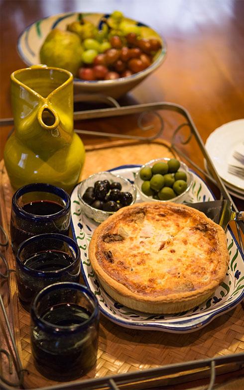 【画像19】気候が良いときは、お庭のテーブルで休憩されるそう。お茶でなく、「ホットワインが好きでね」と横山さん(写真撮影/片山貴博)