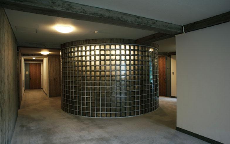 【画像9】廊下にあるガラスブロックの円柱(出典/『都心に住む by SUUMO』2017年9月号)