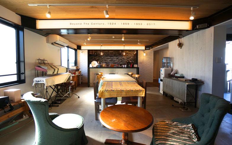 【画像4】船室をイメージしたラウンジ。各部屋に水まわりを完備しているが、ラウンジには共有の風呂やシャワー室も(写真撮影/蜂谷智子)