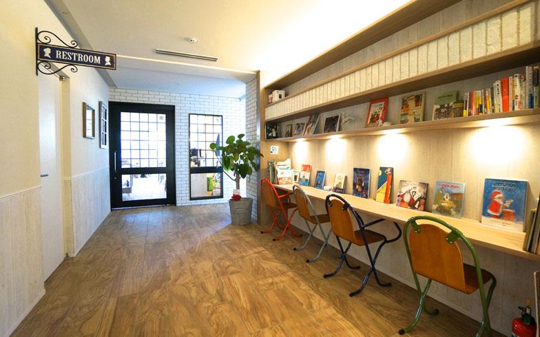 【画像10】絵本が並ぶ廊下のデスクコーナー。子どもたちはここから読みたい本を選び、借りていく(写真撮影/蜂谷智子)