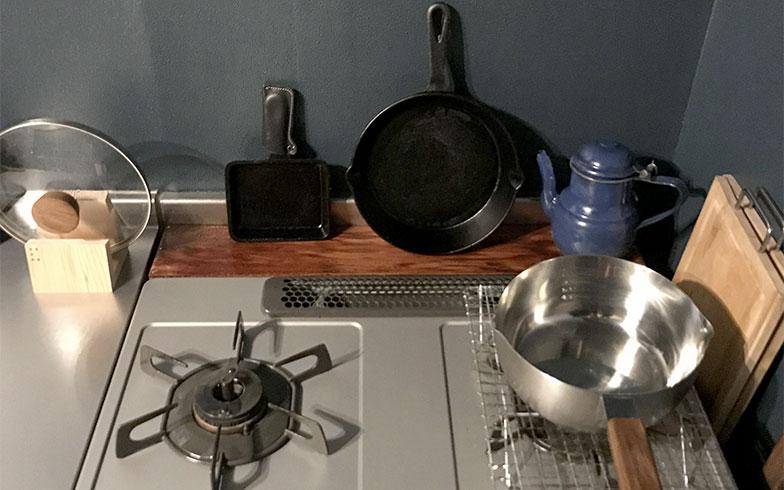 【画像2】キッチンのコンロ奥には、ぴったりサイズの木製棚を製作。デッドスペースが調理器具置き場に(写真提供/カタオカマナミさん)