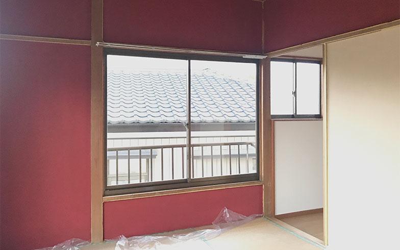 【画像10】まだ作業途中の和室は、大胆な朱色の壁が印象的(画像提供/カタオカマナミさん)