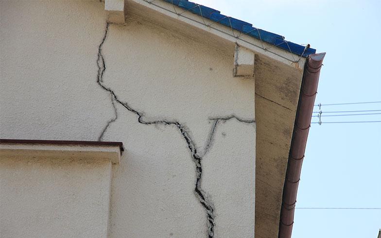 【画像1】ひび割れや塗装はげなど外から見て分かるような家は、悪徳業者に口実をつくられやすく狙われやすい(写真/PIXTA)