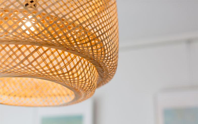 【画像3】部屋全体を爽やかな印象にするために、あえてリゾート感漂う照明をチョイス(写真撮影/アウル株式会社)
