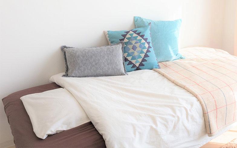 【画像6】茶色一色だったベッドまわりの印象をガラッと変えるために購入(写真撮影/アウル株式会社)