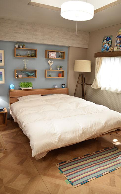 【画像3】友人たちからの寄せ書きも飾られているベッドルーム。マリンテイストのアイテムもかわいい(撮影/末吉陽子)