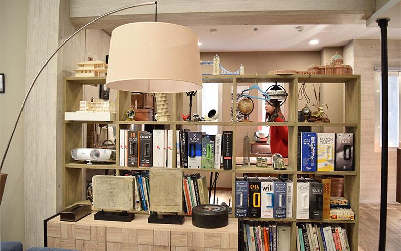 【画像8】デザイン本や模型などが置かれた棚がスペースの仕切りとしても機能(撮影/末吉陽子)