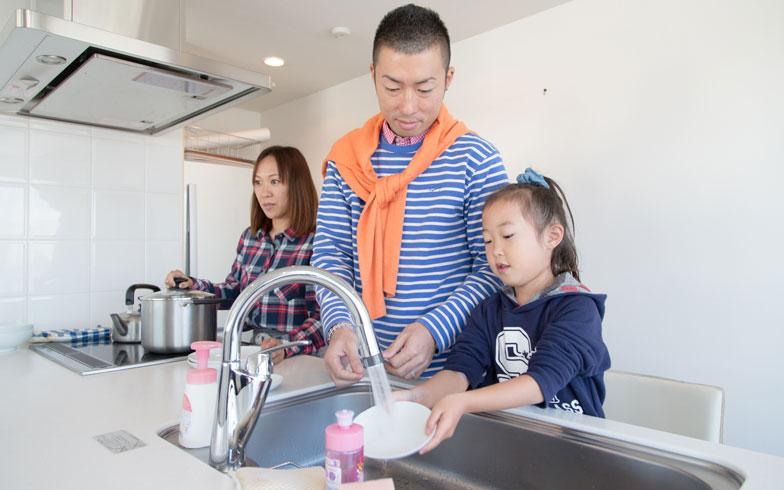 アラ30世代のパパは家事参加に積極的!子どもも一緒に家事をするには?