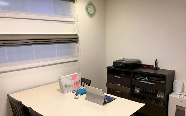 【画像2】リビングのダイニングテーブルが仕事場(写真撮影/株式会社JAM STORE)