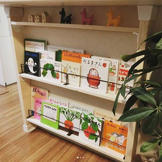 【画像3】カウンターの下にディアウォールを立てて絵本棚を。ストッパーに使ったのは100均のアイアンバー(画像提供/Kaoriさん)