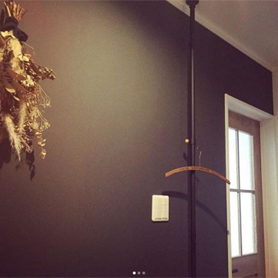 【画像6】玄関先につくったドローアラインのハンガー掛け。すらりとした美しさが際立っています(画像提供/hal.さん)