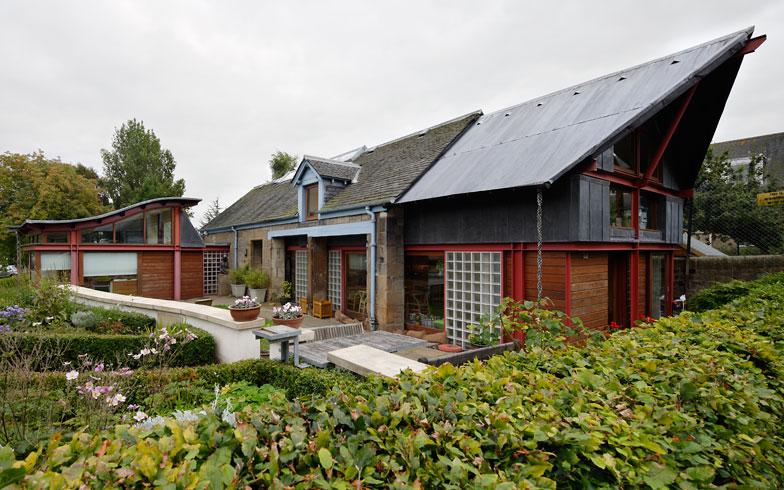 【画像2】[Maggie's Edinburgh](Richard Murphy設計)。赤いスチール、ガラスブロック、石、木とさまざまな素材の調和を試みた個性的な建築(写真提供/藤井浩司(ナカサアンドパートナーズ))