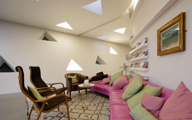 【画像5】三角窓からの光が印象的な室内。違ったタイプの椅子や家具、その日の気分や健康状態でくつろぎ方も変えることができる(写真提供/藤井浩司(ナカサアンドパートナーズ))