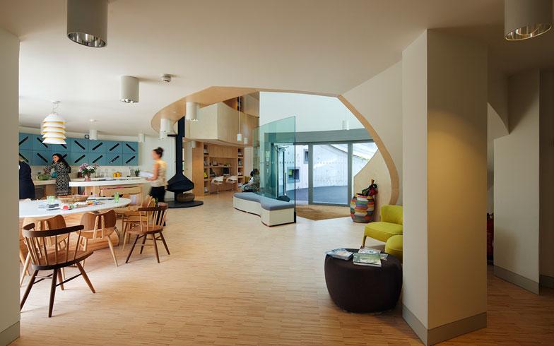 【画像7】オープンキッチンはマギーズの中核。大きな窓から庭が望める開放的な空間(写真提供/藤井浩司(ナカサアンドパートナーズ))