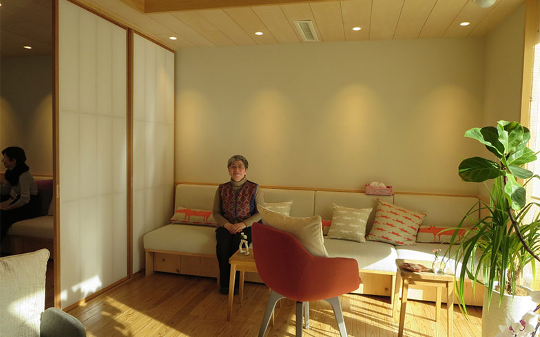 【画像6】障子ドアの向こうは、仕切れば個室になる。この日も看護師さんと利用者が対話中(写真撮影/藤井繁子)