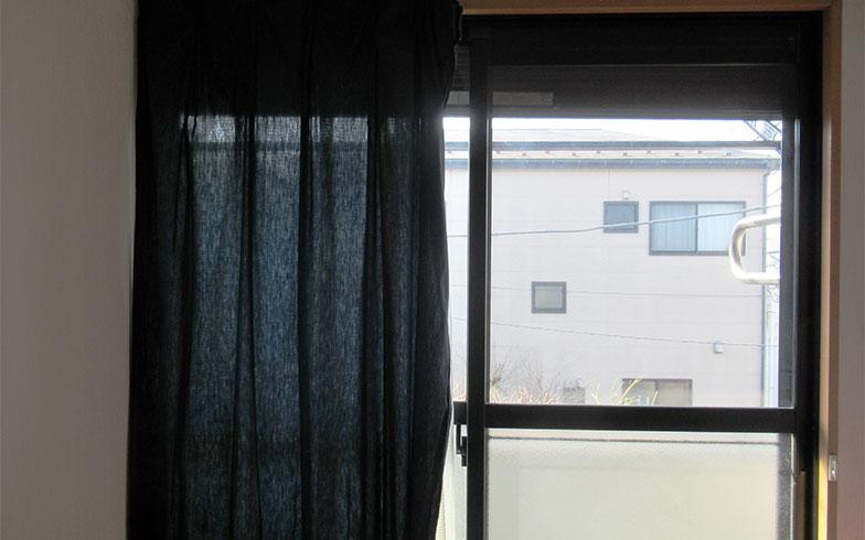 【画像2】カーテンを外し、準備を進める(写真撮影/近藤智子)