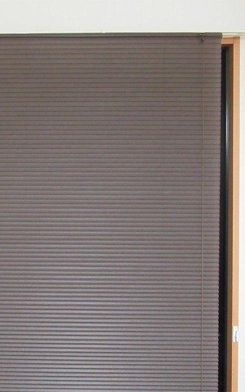 【画像3】量販店で購入した格安ハニカムスクリーンをなんとか取り付け完了(写真撮影/近藤智子)