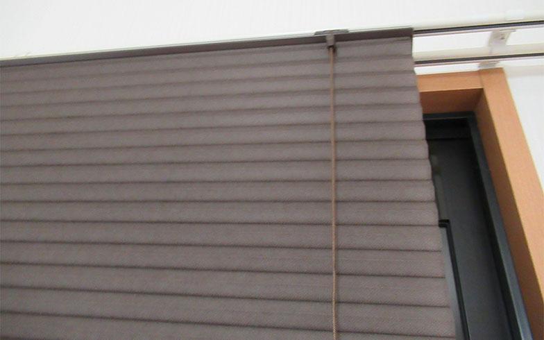 【画像4】カーテンと違う滑らかな質感もハニカムスクリーンの魅力のひとつ(写真撮影/近藤智子)