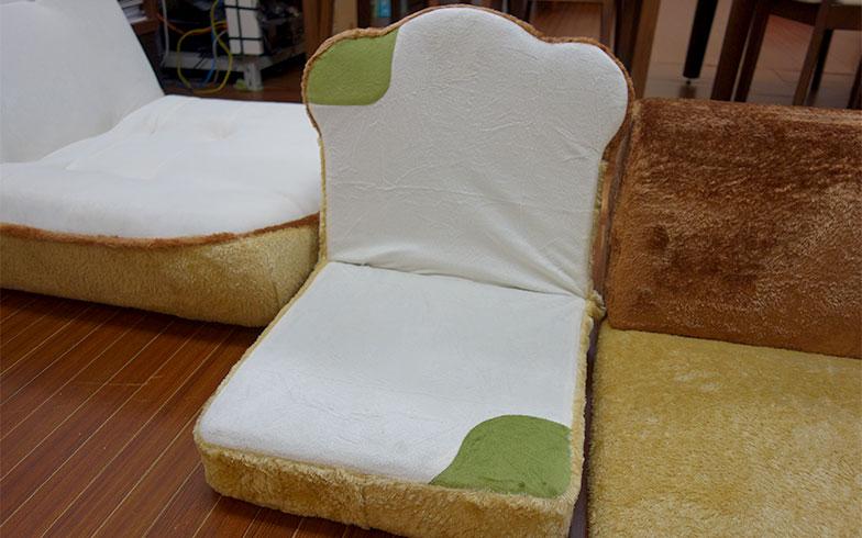 【画像5】食パン家具シリーズの中には、カビた食パンもある(写真撮影/朝井麻由美)