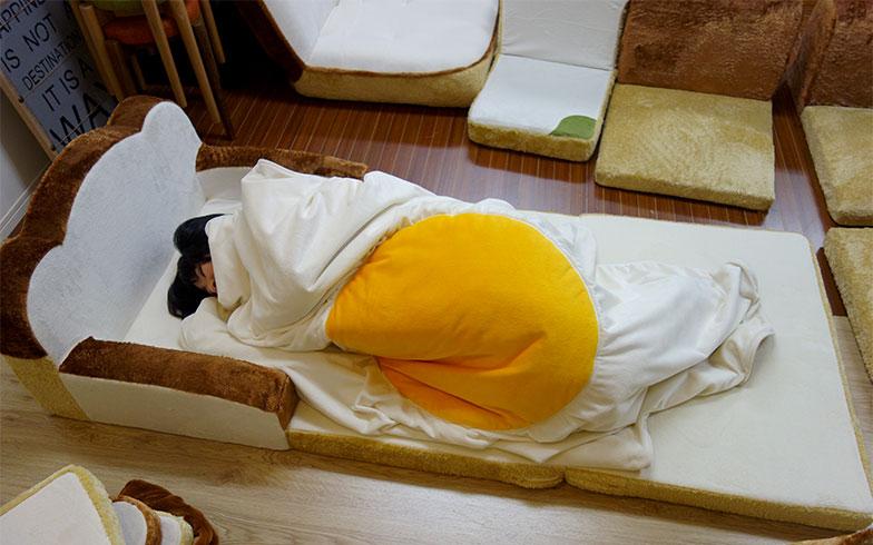 【画像9】特大の目玉焼きブランケットは布団代わりになる(写真撮影/セルタン)