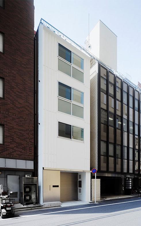 【画像1】東京都中央区の賃貸用ビルの1階を駐車場に、2階~4階を居住スペースにリノベ。日本橋や銀座といったエリアへのアクセスが良い立地にあるのが魅力(画像提供/株式会社クラフト)